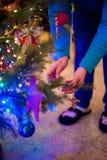 Дочь украшает рождественскую елку Стоковые Изображения