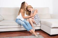 Дочь утешая ее мать Стоковая Фотография