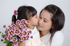 Дочь целует ее мать Стоковое фото RF