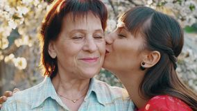 Дочь целуя ее пожилую мать видеоматериал