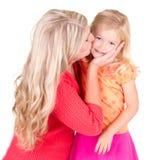 дочь целуя мать стоковая фотография