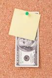 Долларовая банкнота и липкий столб на пробковой доске Стоковое фото RF