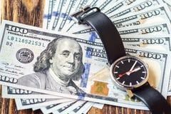 Долларовые банкноты американца 100 денег Время принципиальная схема дег Стоковое фото RF