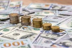Долларовые банкноты и мы монетка Стоковые Фото