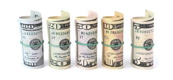 Долларовые банкноты свернули вверх и связанный с веревочкой изолированный на белом b Стоковые Изображения RF