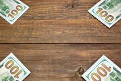 Долларовых банкнот США новые 100 на деревянной таблице Стоковое Изображение RF