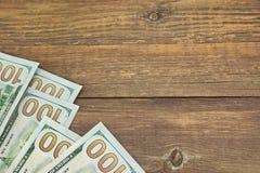 Долларовых банкнот США новые 100 на деревянной таблице Стоковая Фотография