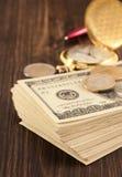 Доллары банкнот денег на древесине Стоковые Изображения RF