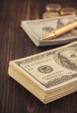 Доллары банкнот денег на древесине Стоковые Фотографии RF