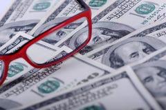 Доллары банкнот и стекел Стоковые Фото