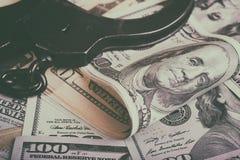 Доллары и наручники Финансовое злодеяние, незаконная деятельность стоковое фото rf