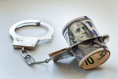 Доллары и наручники Стоковые Фото
