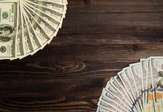 Доллары на деревянной предпосылке взгляд сверху доллара куча доллара Стоковое Изображение