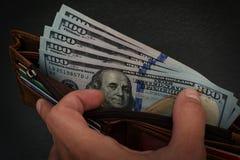 Доллары США в кожаном бумажнике Стоковые Фото