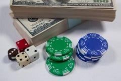 Доллары США, кость и обломоки казино на белой предпосылке Стоковая Фотография RF