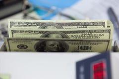 Доллары banknots в подсчитывая машине Стоковое Изображение RF