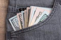 Доллар в карманн джинсов готовом для ходить по магазинам Стоковые Изображения