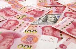 Доллар США против юаней фарфора Стоковые Изображения RF