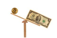Доллар с bitcoin на балансе стоковая фотография