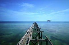 Долгая выдержка во время солнечного света на острове mabul и сломанной старой Стоковое Изображение RF