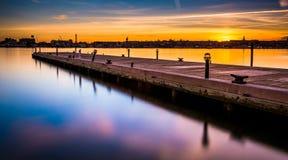 Долгая выдержка пристани на заходе солнца, внутри валит пункт, Балтимор, мам стоковая фотография rf