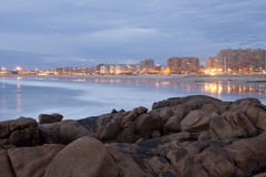Долгая выдержка пляжа с городом, Matosinhos, Португалией стоковая фотография