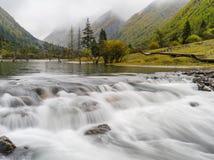 Долгая выдержка снятая реки горы Стоковые Изображения