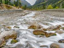 Долгая выдержка сняла реки горы в провинции Сычуань, Китае Стоковое Изображение