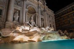 Долгая выдержка Фонтана di Trevi Фонтан красивый Рим Италия ночи Стоковая Фотография RF