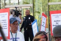 Должностное лицо LAPD интервьюированное новостями ТВ Стоковые Изображения RF