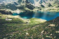 Долина ландшафта озера и гор зеленая Стоковое фото RF