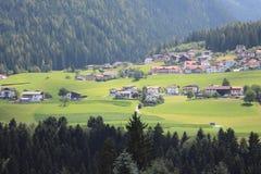 Долина в Альпах с малым селом Стоковая Фотография