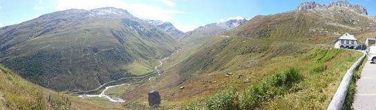 Долина в швейцарских горных вершинах Стоковое Фото