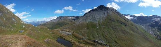 Долина в швейцарских горных вершинах Стоковые Изображения RF
