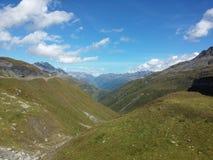 Долина в швейцарских горных вершинах Стоковое Изображение RF
