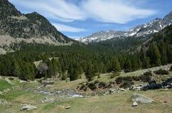Долина гористой местности с ледниковым словоизвержением стоковые изображения