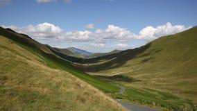 Долина между Buttermere и районом Cumbria Англией Великобританией озера Keswick акции видеоматериалы