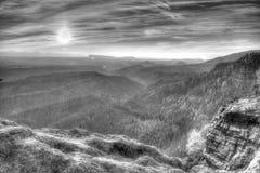 Долина осени туманная вполне взгляда тумана утра через ветви Туманный и туманный рассвет на точке зрения песчаника Стоковая Фотография RF