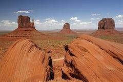 Долина памятника с западным Butte Mitten, восточным Butte Mitten и Butte Merrick Стоковые Фотографии RF