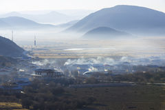 Долина, ферма тумана утра туманная Стоковое Фото