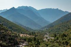 Долина Fango в Корсике с горами в предпосылке Стоковое фото RF