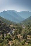Долина Fango в Корсике с горами в предпосылке Стоковая Фотография