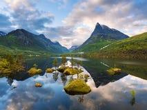 Долина Innerdalen горы с озером зеркала в Норвегии Стоковые Изображения