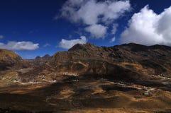 Долина Kupup под облачным небом, Сиккимом стоковая фотография rf