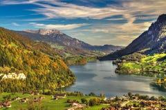 Долина Lungern озера от пропуска Brünig в красивую погоду осени, Обвальден, Швейцарию, HDR Стоковые Изображения RF