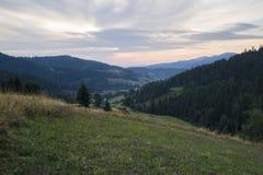 Долина Ochotnica в горах Gorce, перед восходом солнца Стоковая Фотография RF