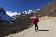 Женщина наслаждаясь взглядами долины Tsopta. Стоковые Изображения