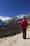 Женщина наслаждаясь взглядами долины Tsopta. Стоковое Изображение