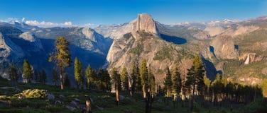Долина Yosemite от следа панорамы Стоковое фото RF