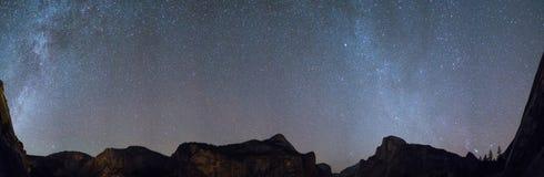 Долина Yosemite панорамы млечного пути Стоковое Изображение RF